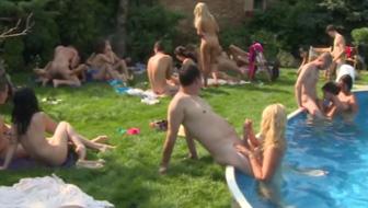 Чешские свингеры устроили развратную оргию в бассейне