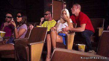 Блондинку в кинотеатре